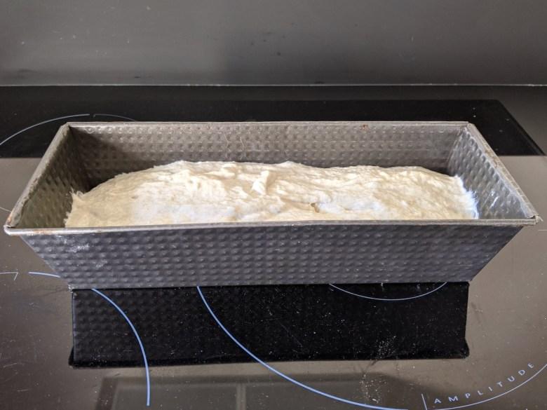 pâte à pain mise dans un moule à cake