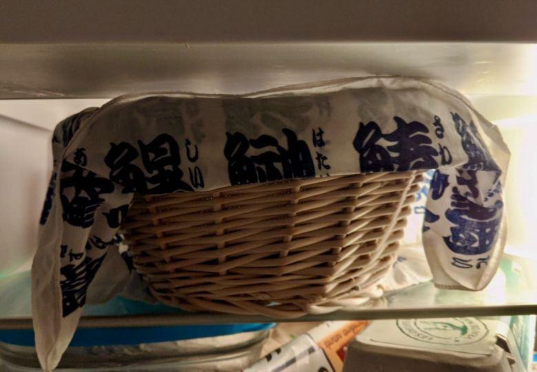 Banneton de pain dans un réfrigérateur