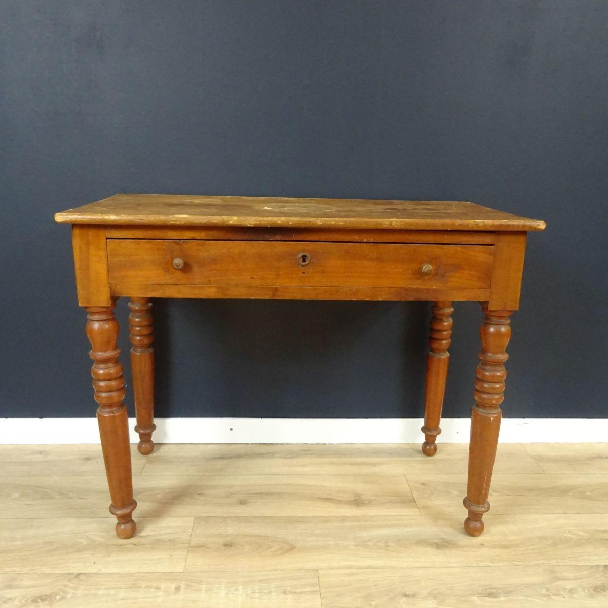 petite table en bois ancienne a un