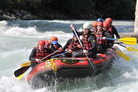 natuur sport vakantie rafting in de bergen en kloven