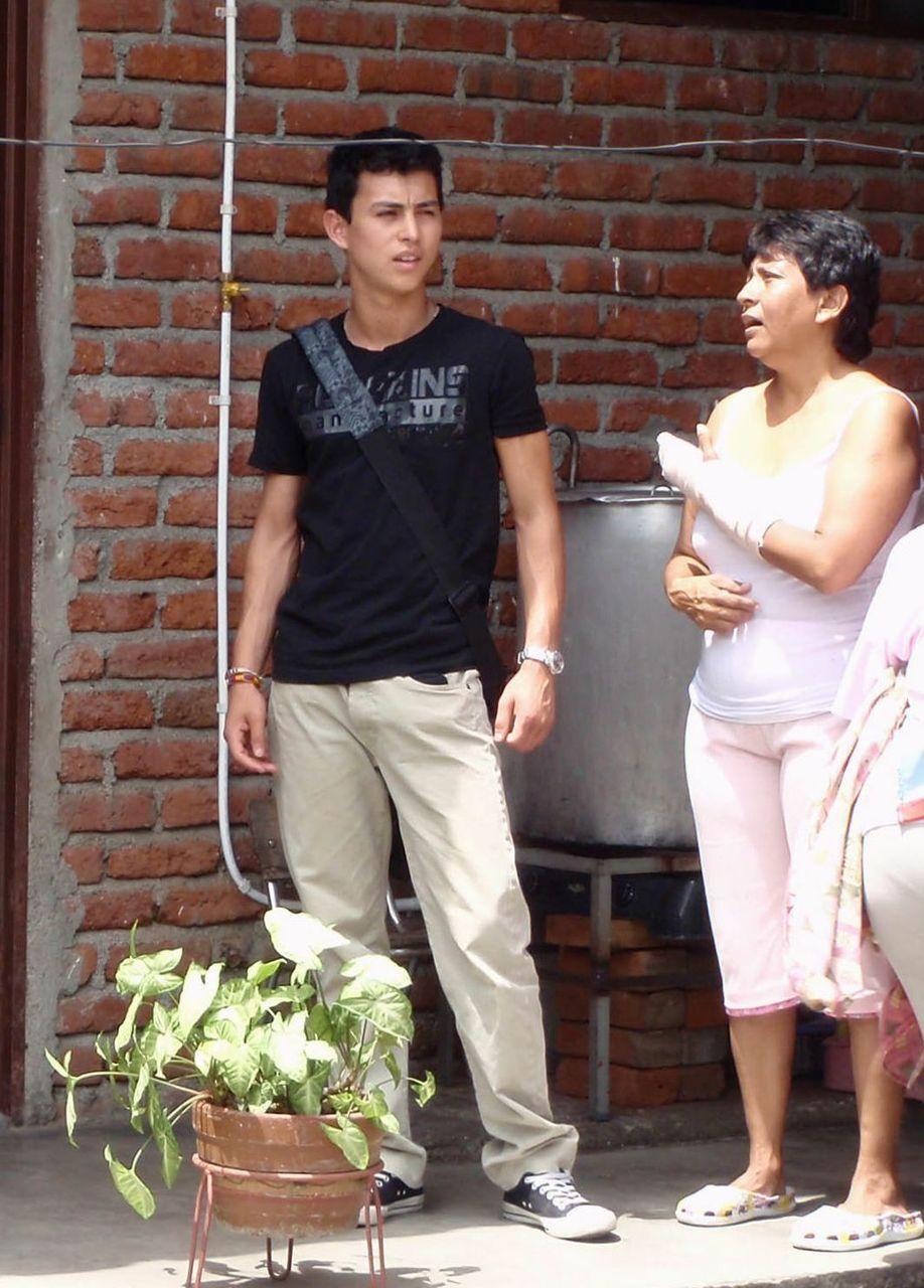 José a retrouvé sa nourrice (a droite sur la photo) puis sa mère et son frère biologiques au cours d'un voyage en Colombie, à 17 ans, huit ans après son adoption. DR