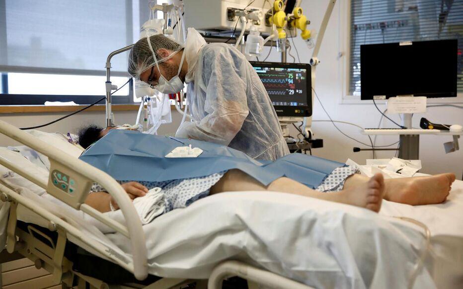 Paris, le 6 avril 2020. Un patient souffrant du Covid-19 est soigné à l'Institut Mutualiste Montsouris.