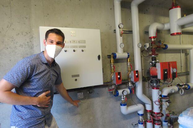 Melun 14 juin 2021 Référence chauffage dans Habitat 77, Jérémy Demir montre une sonde placée dans la chaufferie pour mesurer le bon fonctionnement de la chaufferie pour l'eau chaude et le chauffage.