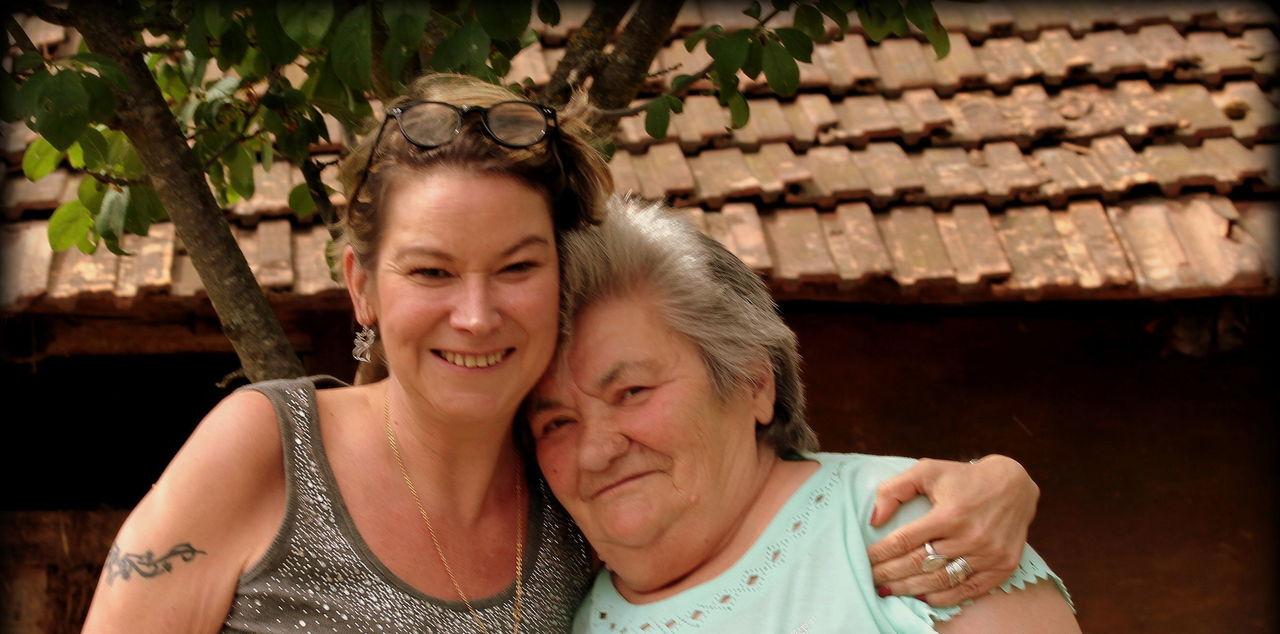 Véronique, 47 ans, a retrouvé sa mère biologique, Ileana, dans sa maison en Transylvanie, en Roumanie. DR
