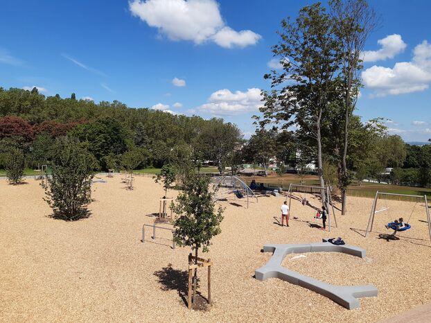 """Romainville, ce jeudi.  Cette """"promenade écologique"""" a également des jeux pour enfants et des murs d'escalade."""