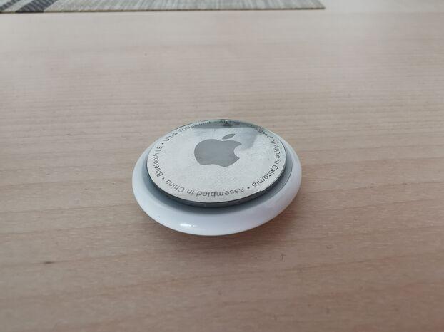 Présenté sous la forme d'un bouton de manchette, l'AirTag est léger et épais comme deux pièces de monnaie.