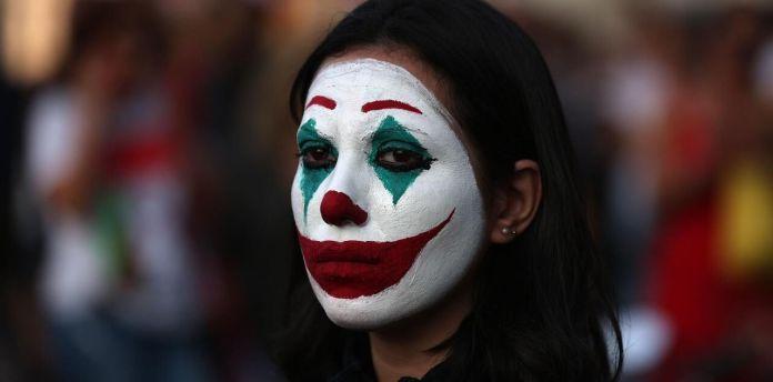 Un manifestant libanais au visage de Joker peint sur son visage / Patrick BAZ / AFP