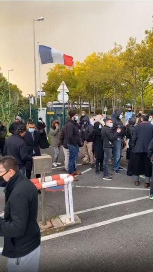 Une cinquantaine de personnes étaient rassemblées devant le commissariat en soutient à Idriss Sihamedi, placé en garde à vue. Facebook BarakaCity