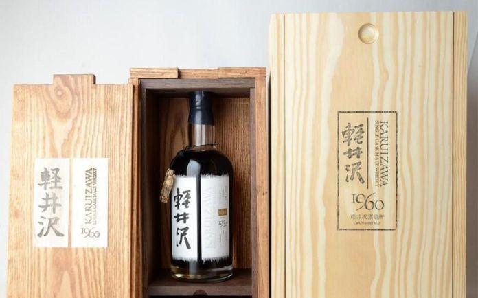 Vol d'une bouteille de Karuizawa 1960 à la maison du whisky.