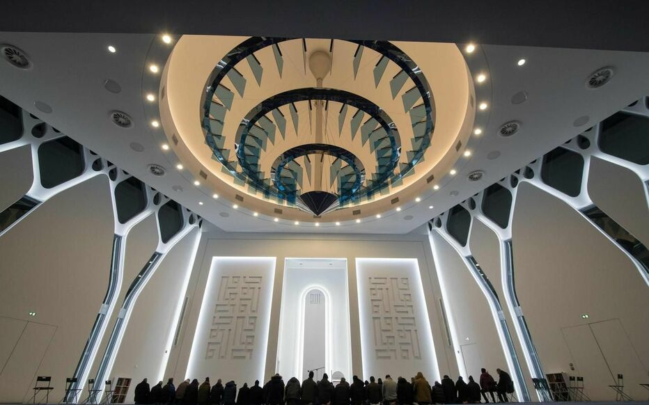Sur environ 10000 m² répartis sur trois étages sont prévus, outre la salle de prière pouvant accueillir 2000 personnes, des salles de cours, un espace culturel, un centre mortuaire, des commerces, une piscine, un parking…