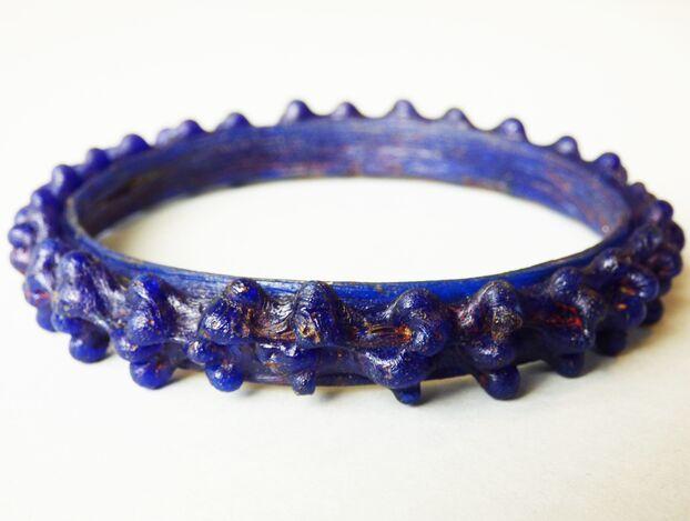 Le bracelet en verre bleu à ornement en herbe découvert à Epiais-Rhus (Val-d'Oise) continue d'intriguer les archéologues.