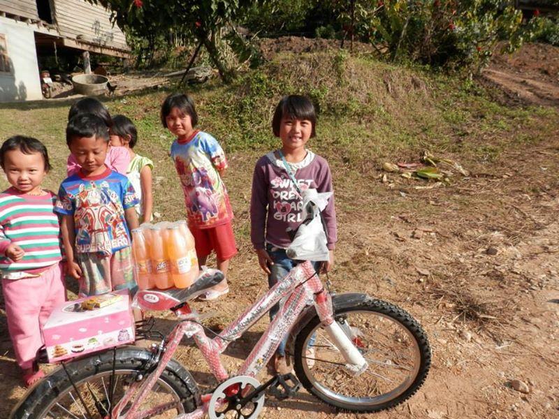 Un joli vélo rouge et goûter pour son anniversaire/Noël. Wipa est née le 24 Décembre.