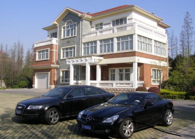 Rumah dan kereta mewah milik penduduk Huaxi