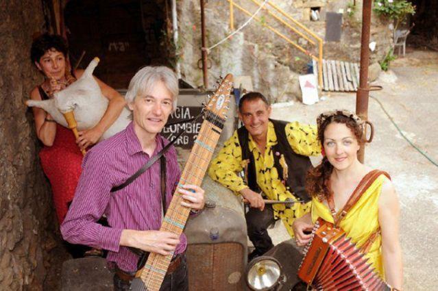 Le groupe Tafanari : Pascale aux flûtes et boudègue