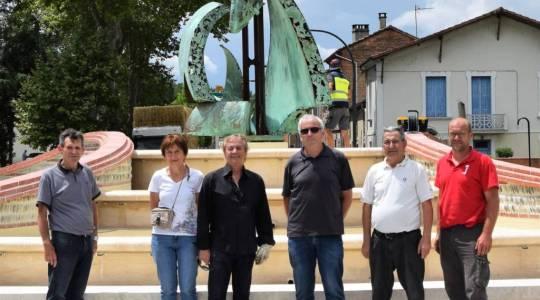 """Le thème choisit """"la remontée des saumons"""" avec l' ascenseur à poissons à Golfech. Le poisson représenté est une alose.  Au centre, M.Ferrer Casimir sculpteur, M.Calafat maire du village."""