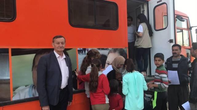 Gérard Bapt lors d'un voyage en Syrie (ici: devant un bus sanitaire mobile d'Elise Care dont il soutient les actions)