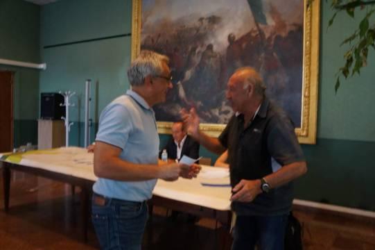 Prix remis par M. Cambus (maire adjoint de la commune de Saint-Girons) à Couserans optique.