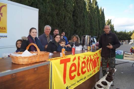 Stand buvette du Téléthon avec : Robert, Fredo, Bernie, Johnny, Gilles, Émeline, Ludivine et Lisa, sans oublier Salim et Pilou