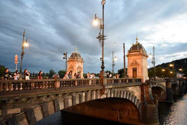 Ponte Carlo di notte - Praga -Le Plume