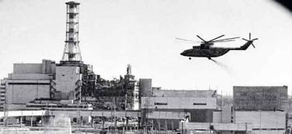 Opération de décontamination autour de la centrale, en mai 1986.