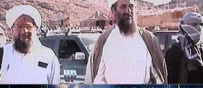 Une des vidéos de Ben Laden le montrant aux côtés d'Ayman al-Zawahiri, n° 2 d'al-Qaida, marchant dans une région montagneuse au printemps 2003. © al-Jazeera / -