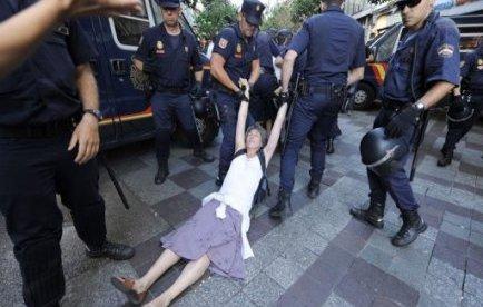 "Espagne: manifestation après l'évacuation des ""indignés"" de Puerta del Sol"