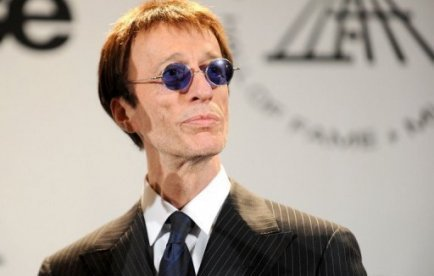 Robin Gibb, le chanteur du groupe britannique emblématique des Bee Gees, âgé de 62 ans, est sorti du coma et a pu avoir des échanges avec sa famille, a annoncé samedi son porte-parole.