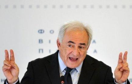"""Dominique Strauss-Kahn accuse ses adversaires politiques de s'être servis de l'affaire du Sofitel pour faire échouer sa candidature à l'élection présidentielle en France, dans une interview publiée par le Guardian selon lequel le socialiste vise ainsi des personnes """"liées à Nicolas Sarkozy""""."""