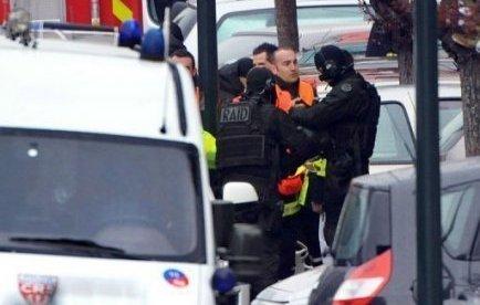 """Le parquet de Paris a accepté d'élargir l'enquête sur l'affaire Merah à la circonstance aggravante d'antisémitisme, comme le demandait la famille de l'enseignant juif assassiné avec ses deux enfants par le """"tueur au scooter"""" à Toulouse, a-t-on appris vendredi soir de source proche de l'enquête."""