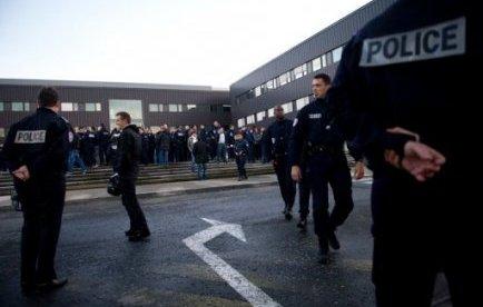 Environ 300 policiers de Seine-Saint-Denis et de départements voisins se sont à nouveau réunis lundi à Bobigny pour réclamer une réforme de la légitime défense, cinq jours après qu'un des leurs a été mis en examen pour homicide volontaire, a constaté une journaliste de l'AFP.
