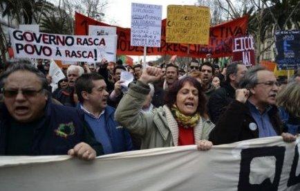 La manifestation de samedi est intervenue alors que la grogne sociale est à nouveau en hausse contre les mesures d'austérité mises en oeuvre par le gouvernement de centre-droit, en contrepartie du plan de sauvetage de 78 milliards d'euros accordé au Portugal par l'Union européenne et le Fonds monétaire international en mai 2011.