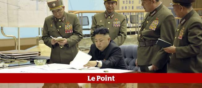 Le leader nord-coréen Kim Jong-un discute d'un plan d'invasion du Sud, entouré d'officiers de son armée.