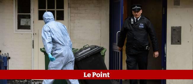 La police relève, le 24 mai, des indices d'un appartement de Greenwich, dans le sud-est de Londres, où l'un des suspects, Michael Adebowale, résidait.