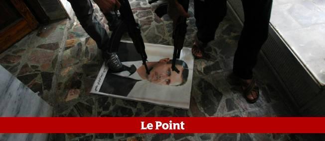 Un portrait de Bachar el-Assad piétiné par des rebelles syriens au poste-frontière de Bab al-Salam, près de la Turquie.