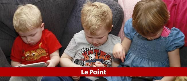 Des enfants de 3, 6 et 5 ans utilisant smartphones et tablettes (illustration).