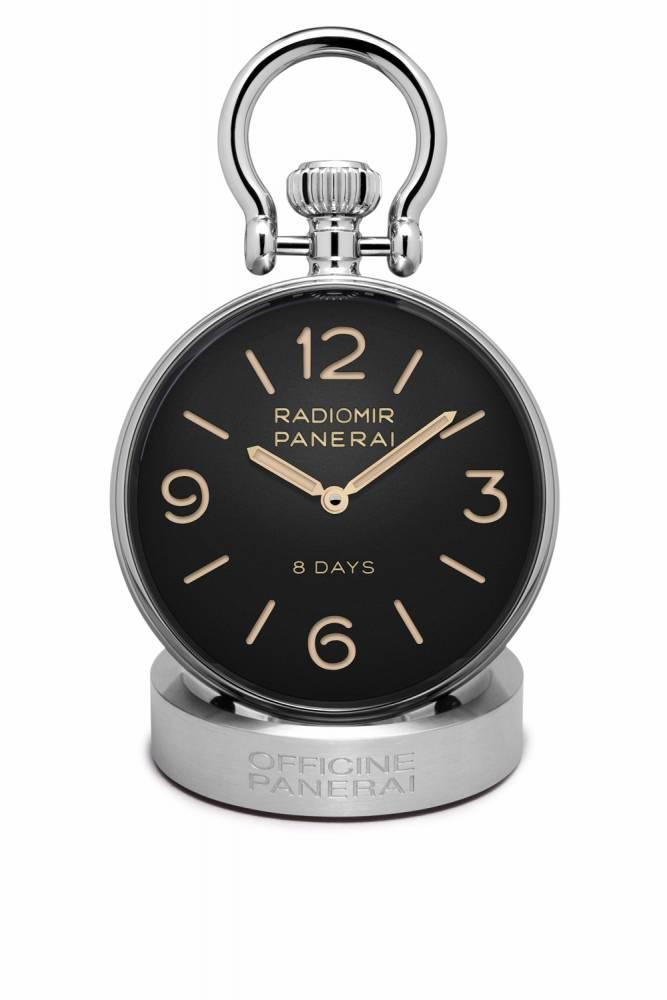 la table clock de panerai hesite quant a elle entre vintage et contemporain la couronne proeminente tout comme le cadran de type sandwich tres panerai