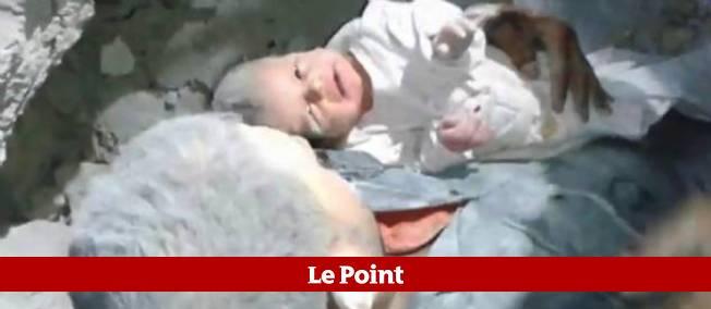 Les images impressionnantes d'un bébé de 2 mois sauvé des décombres 16 heures après un bombardement à Alep.