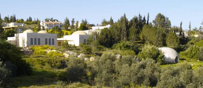 Des habitations du village et le Doumia-Sakinah, bâtis sur une colline en bordure de la vallée d'Ayalon.