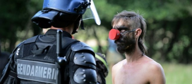 Un manifestant et un gendarme se font face.
