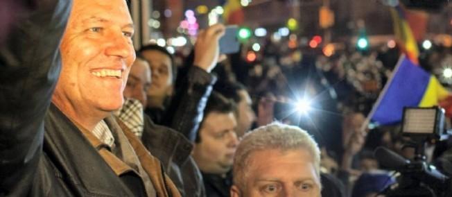 Klaus Iohannis célébrant sa victoire, dimanche soir.