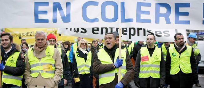 Des patrons brandissent des pancartes à Paris pour la manifestation de la CGPME, lundi.