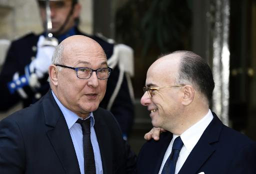 Les ministres de l'Intérieur Bernard Cazeneuve (d) et des Finances Michel Sapin, le 5 janvier 2015 à Paris © Eric Feferberg AFP/Archives