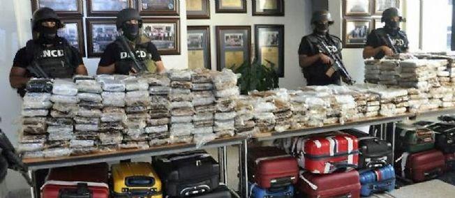 La DNCD, agence antidrogue dominicaine, dévoile à la presse en mars 2013 la cocaïne qu'elle dit avoir saisie dans le Falcon 50.