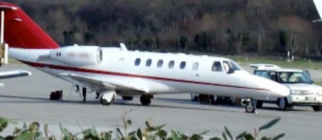 Arrivée à La Mole d'un avion. Un 4x4 entre directement sur le tarmac de l'aéroport pour accueillir son chargement et ses passagers. Une scène courante dans l'aviation d'affaires.