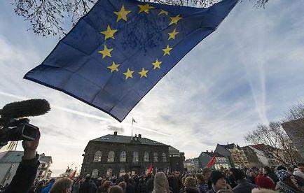 Manifestation le 24 février 2014 devant le Parlement islandais à Reykjavik pour exiger de soumettre à referendum les plans gouvernementaux d'intégration européenne