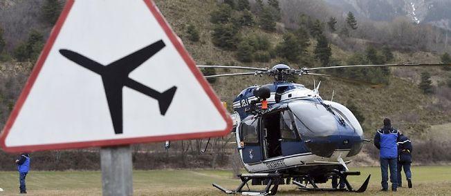 Une équipe de gendarmes s'apprête à s'envoler sur les lieux du crash, le 24 mars 2015