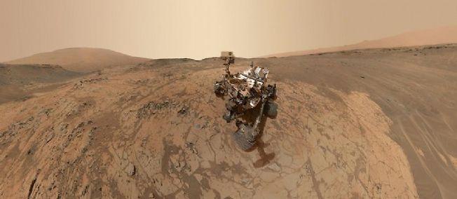 Autoportrait de Curiosity sur les contreforts du mont Sharp réalisé grâce à une douzaine d'images prises en janvier 2015.