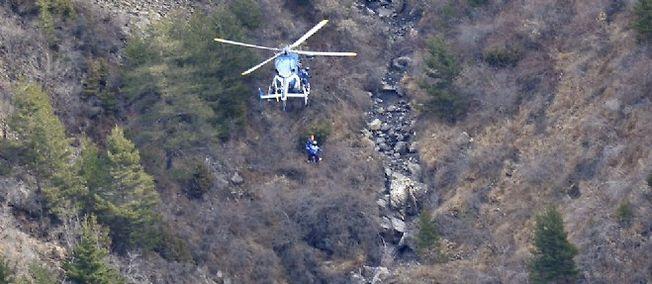 Un hélicoptère de la gendarmerie s'approche des lieux du crash, le 25 mars.