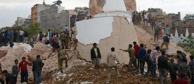 Séisme à Katmandou, au moins 50 personnes piégées sous la tour Dharhara.