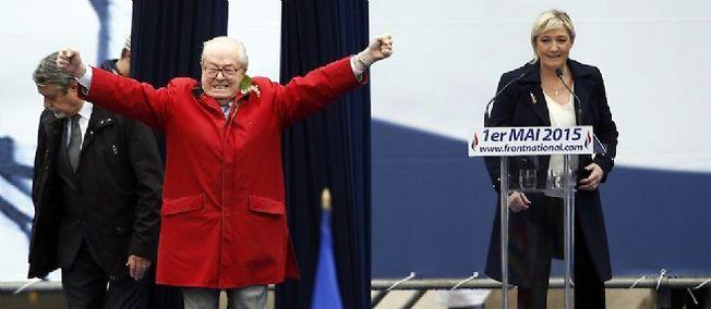 Jean-Marie Le Pen sur la scène peu avant le discours de sa fille, ce 1er mai.